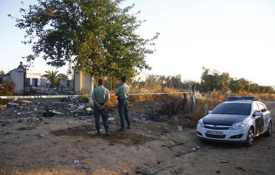 Dos Guardias Civiles observan el estado en el que ha quedado la pirotecnia.  Foto: Belén Vargas