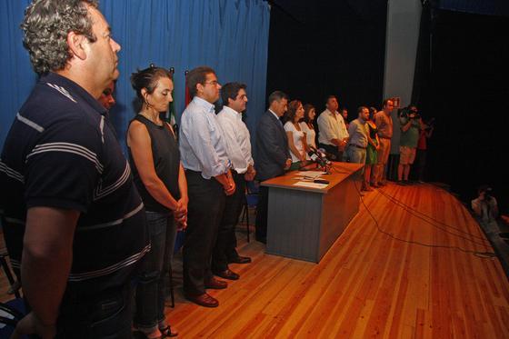 La alcaldesa, Juana María Carmona, y otros ediles guardan silencio durante el Pleno.  Foto: Belén Vargas