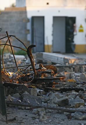 Restos de una bicicleta destrozada por las llamas.  Foto: Belén Vargas