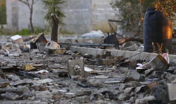La explosión destrozó la fábrica, arrancó olivos y alertó a la población de Sanlúcar la Mayor.  Foto: Belén Vargas