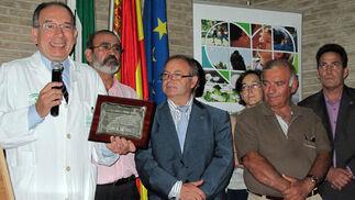 José Pérez Bernal, adjunto as la Coordinación de Trasplantes, recibe un premio de manos de los presidentes de las distintas asociaciones andaluzas de trasplantados.   Foto: Victoria Ramírez