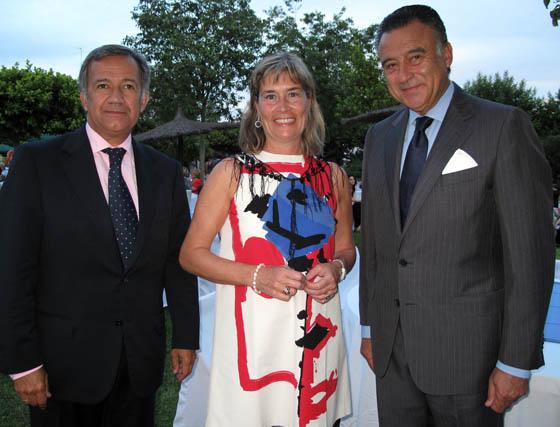 Jorge Segura, socio de Deloitte, Pilar Hernánz, y Felipe Luis Maestro, director gerente de Fibes.  Foto: Victoria Ramírez
