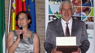 Beatriz González, presidenta de la Asociación de Trasplantados de Páncreas, con Juan Manuel Ruiz, director del centro penitenciario Sevilla I.  Foto: Victoria Ramírez