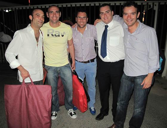 Marchena, Monchi, director deportivo del Sevilla FC; Fede Quintero, Manuel Jesús y el cantante Álex Ortíz, componentes de la chirigota 'Los Pre-paraos'.  Foto: Victoria Ramírez