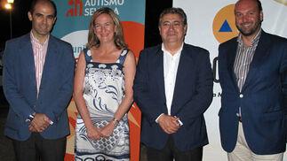 Los concejales del PP del ayuntamiento de Sevilla Vicente Flores Alés, María del Mar Sánchez Estrella y Curro Pérez, con Juan Ignacio Zoido, portavoz municipal del PP.  Foto: Victoria Ramírez