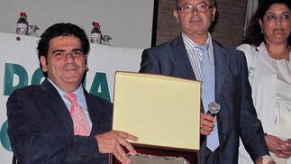 Gonzalo Rivas, director general de Personas con Discapacidad de la Junta, con José Soto Cobos, presidente de Alcer Giralda (trasplantados renales).   Foto: Victoria Ramírez