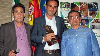 Manuel Rodríguez Luque, presidente de la Asociación de Trasplantados de Corazón de Andalucía; el periodista Óscar Gómez, y Fernando del Toro, trasplantado de corazón.  Foto: Victoria Ramírez