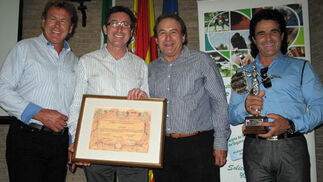 El grupo Ecos del Rocío recibieron el Premio Calidad de Vida en Trasplantes, concedido por la Asociación de Trasplantados Hepáticos, por sus sevillanas 'Soy Donante', que catanron en directo ante el público asistente.  Foto: Victoria Ramírez
