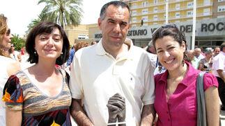 José Manuel Vaquero, neumólogo de la Unidad de Trasplantes del Reina Sofía (Córdoba) con las trasplantadas de pulmón Rosa Corbí y Mª Paz Soler.  Foto: Victoria Ramírez