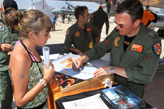 La jornada de puertas abiertas del II Festival Aéreo Internacional de Málaga contó con la presencia de muchos curiosos.  Foto: Yolanda Montiel