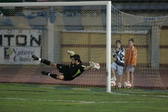 La estirada de Campos no fue suficiente para evitar el 1-0.   Foto: Javier Alonso