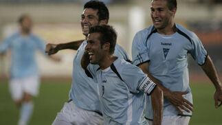 Katxorro, con el brazalete de capitán, celebra el tanto de falta directa.   Foto: Javier Alonso