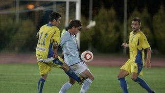 López Silva pelea un balón bajo la atenta mirada de Pecci.   Foto: Javier Alonso