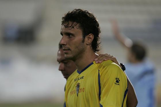 Pepe Losada consuela a Germán tras el pitido final del colegiado.   Foto: Javier Alonso