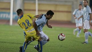 Pecci corta el avance de Moreno.   Foto: Javier Alonso
