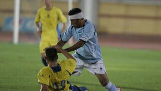 Pecci va al suelo para cortar el avance de Moreno.  Foto: Javier Alonso