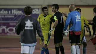 El debutante Serrano se enfrenta a varios jugadores locales mientras intenta calmarle.   Foto: Javier Alonso
