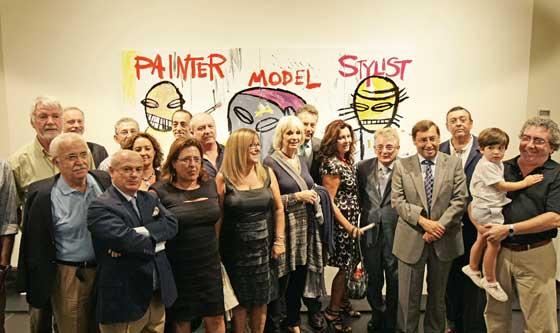 Artistas y políticos, junto al comisario de la exposición.  Foto: Julio Gonzalez