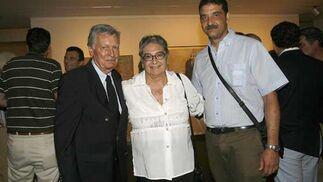 Gonzalo Figueroa, acompañado de Nadia Consolani y Mauro Quiñones, gerente de la Fundación Fernando Quiñones.  Foto: Joaquin Pino