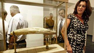 La concejal de Cultura de Jerez, Dolores Barroso, observa una de las obras.  Foto: Joaquin Pino