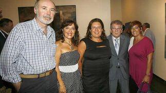 El presidente de Diputación, González Cabaña, con Blanca Alcántara, Marta Meléndez, Luis Ben y Marisa de las Cuevas.   Foto: Joaquin Pino