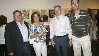 Óscar Lobato y su mujer Maribel, junto al director de la RTVA en Cádiz, Fernando García Mena, y el periodista Juan Manzorro.  Foto: Joaquin Pino