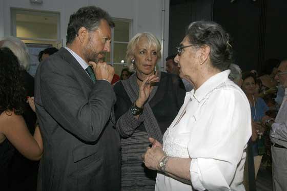 José Joly Martínez de Salazar y Teófila Martínez charlan con Nadia Consolani, viuda del escritor Fernando Quiñones.  Foto: Joaquin Pino