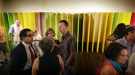 Un momento de la inauguración de 'Sin más' , ante una una de las obras señeras de la muestra, 'Tan suaves como su luz verde', de Paco Pérez Valencia.  Foto: Jose Angel Garcia
