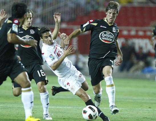Navas intenta progresar entre tres contrarios. / Antonio Pizarro
