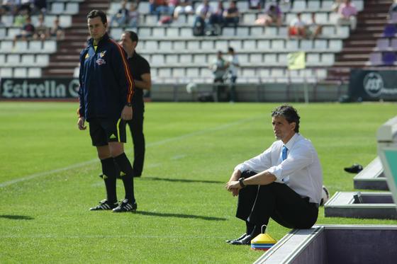 El técnico del Recreativo, Pablo Alfaro, sentado al borde de su banquillo. / LOF