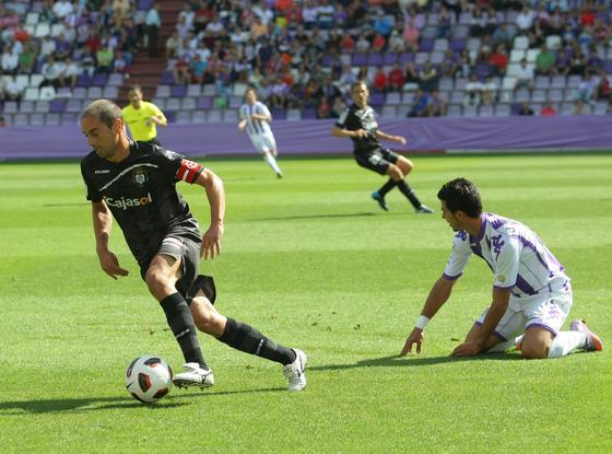 El capitán albiazul se lleva el balón ante un jugador pucelano. / LOF