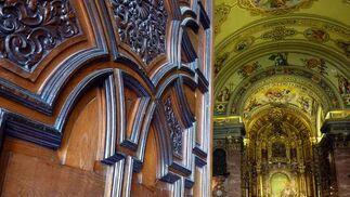 Detalle de la puerta de la basílica con el altar al fondo.  Foto: Ruesga Bono