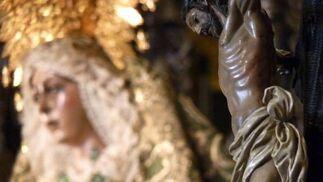 Primer plano del crucificado con la Virgen al fondo.  Foto: Ruesga Bono