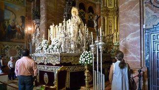 Varios fieles observan a la Virgen en la basílica.  Foto: Ruesga Bono