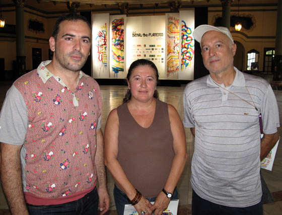 Los artistas Sergio Cruz, director artistico de la guia de flamenco Flama, y Manuel Chabrera, presidente de la Fundación Chabrera, con María Luisa Gómez, directora de Actividades Paralelas del Festival de Cine de Sevilla.  Foto: Victoria Ramírez