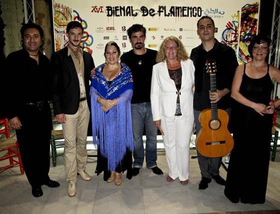 Óscar Guzmán (guitarra), Víctor Bravo (baile), Natalia Marín (cante), Joaquín Calderón (violín),  Álvaro Gómez Mulero (guitarra) y María José Roquero (narración), del equipo de 'Cata con salero', con Eva Cepero.  Foto: Victoria Ramírez