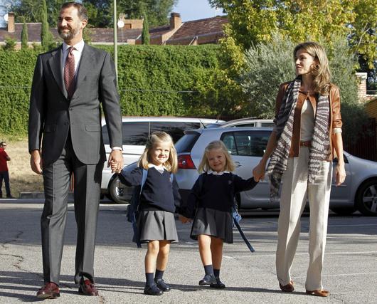 Las Infantas llegan al colegio Nuestra Señora de los Rosales acompañados de los Príncipes. / EFE