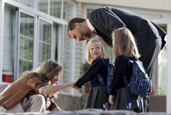 Doña Letizia y don Felipe se despiden de Leonor y Sofía antes de entrar en clase. / EFE