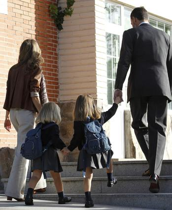 Las infantas Leonor y Sofía asisten a su primer día de colegio acompañadas de sus padres. / EFE