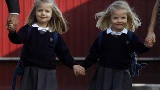 Las infantas Leonor y Sofía asisten a su primer día de colegio acompañadas de sus padres. / Reuters