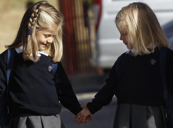 Las infantas Leonor y Sofía se cogen de la mano. / Reuters