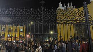 Gran cantidad de gente se ha congregado en la basílica.  Foto: Manuel Gomez