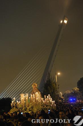 La Macarena cruza el río por el puente del Alamillo.  Foto: Manuel Gomez