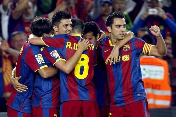 Los jugadores del Barcelona celebran con Villa el gol de la victoria. / EFE