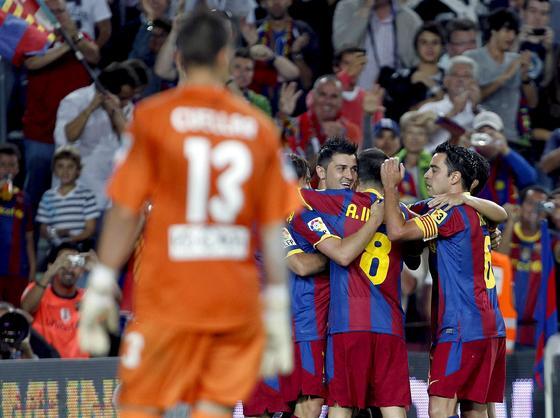 Los jugadores del Barcelona celebran el tanto de la victoria ante Cuéllar. / EFE