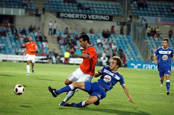 Fernando disputa un balón. / LOF