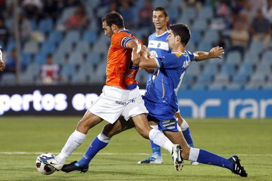 El delantero del Getafe Arizmendi persigue a Fernando. / EFE. / EFE