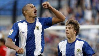 Trezeguet celebra uno de sus dos goles que le valen la victoria al Hércules. / EFE