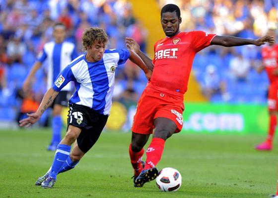 Romaric trata de retener un balón en el centro del campo. / AFP