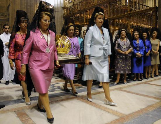 Mujeres portan la corona que llevará la virgen.  Foto: Juan Carlos Vázquez